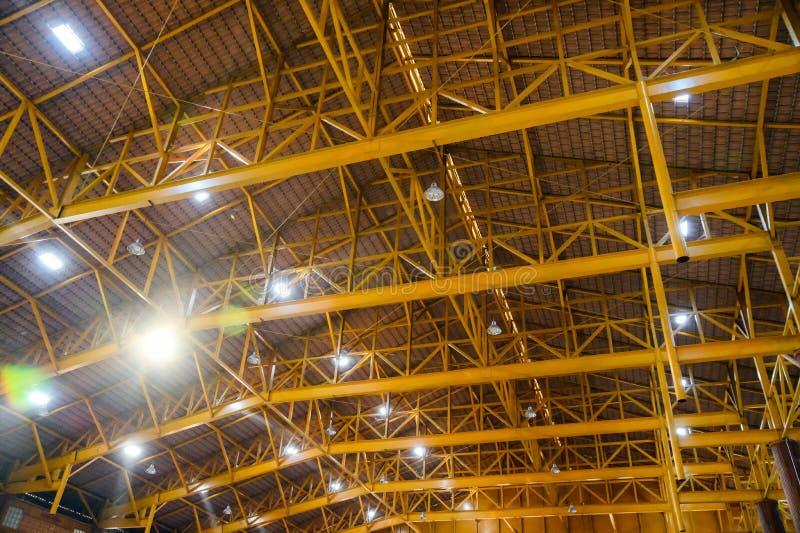 Struktur för gul metall på taket med lampbelysning i magasin royaltyfria bilder