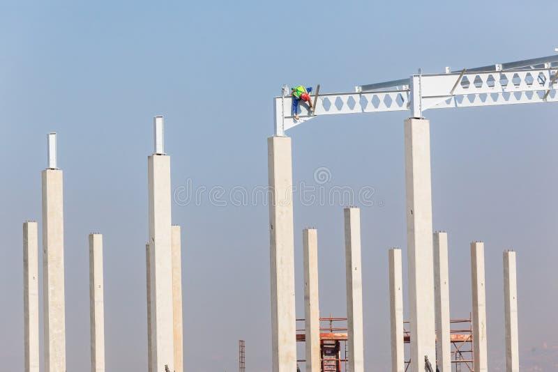 Struktur för nybygge för kolonner för höga strålar för arbetare för konstruktion industriell arkivfoton