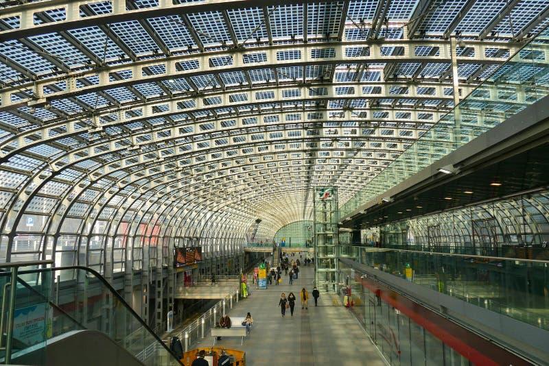 Struktur för solpanel för teknologi för Porta Susa stationsgräsplan som integreras in i det glass taket arkivbilder