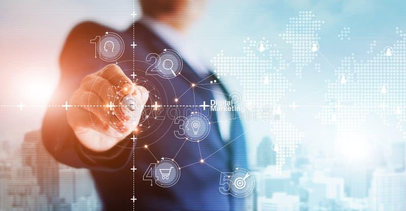 Struktur-Vernetzungsverbindung des Geschäftsmannzeichnungskunden globale auf dem Hologrammschirm, -plan und -strategie der digita lizenzfreies stockfoto