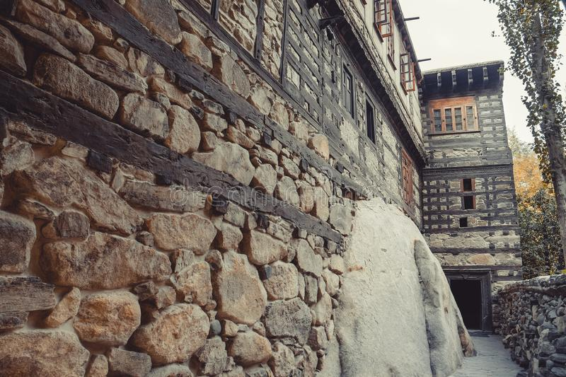 Struktura antyczna kamiennej ściany przedstawień szalunku wszywka w ścianę wspierać budynek Shigar fort obrazy stock