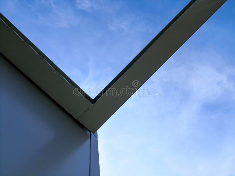 Struktura stalowa budynek budowa z niebieskiego nieba tłem obraz royalty free