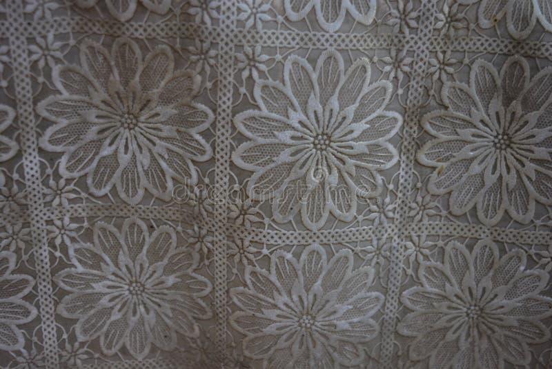Strukturell film som utföra i relief i form av en blomma, mång--blad blomma, ljus bakgrund arkivfoton