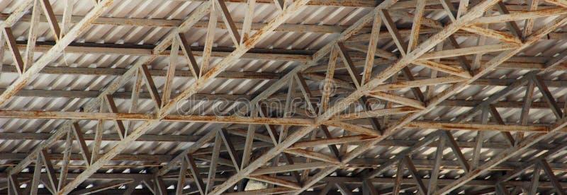Struktureller Stahlträger auf Dach des Errichtens des Wohnungsbaus lizenzfreie stockfotos