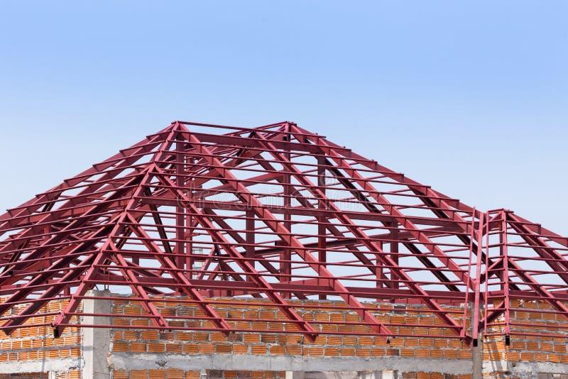 Struktureller Stahlträger auf dem Dach des Errichtens Wohn stockfotografie