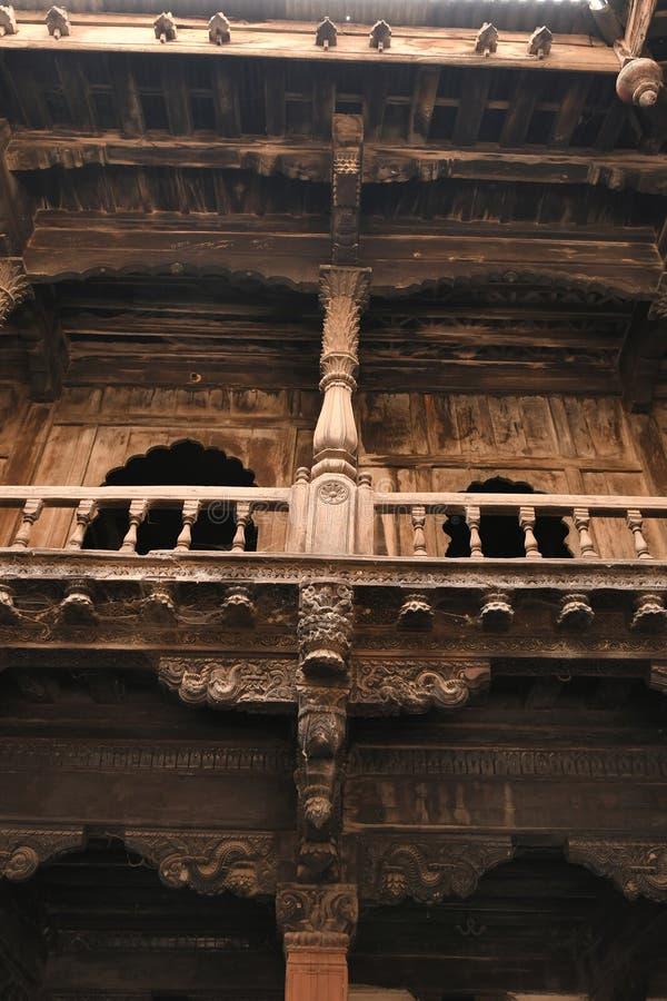 Strukturellt träarbete och sned tungt den trämedlemPalashikar wadaen, Palashi, Ahmednagar royaltyfria bilder