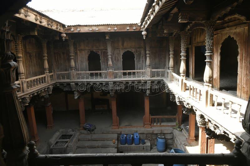 Strukturellt träarbete och sned tungt den trämedlemPalashikar wadaen, Palashi, Ahmednagar royaltyfri fotografi