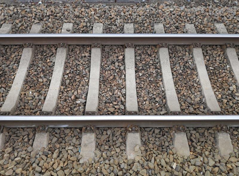 Strukturieren Sie europäische Bahnstrecken mit Steinen stockfoto