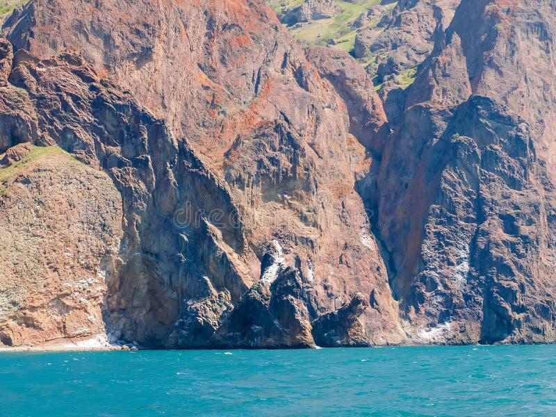 Strukturierte Felsen des vulkanischen Ursprung auf der Seeküste stockfoto