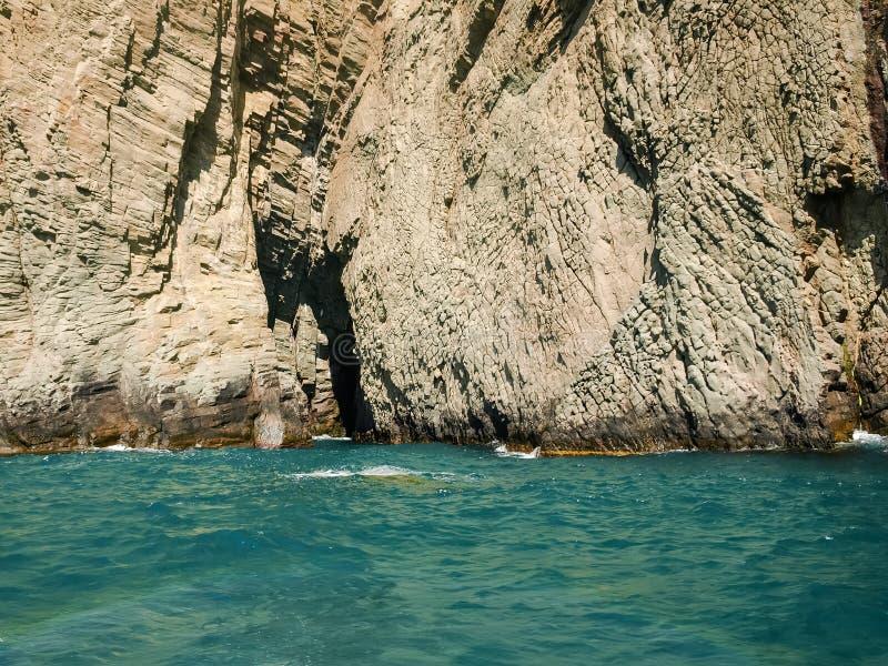 Strukturierte steile Felsen des vulkanischen Ursprung auf der Seeküste stockfoto