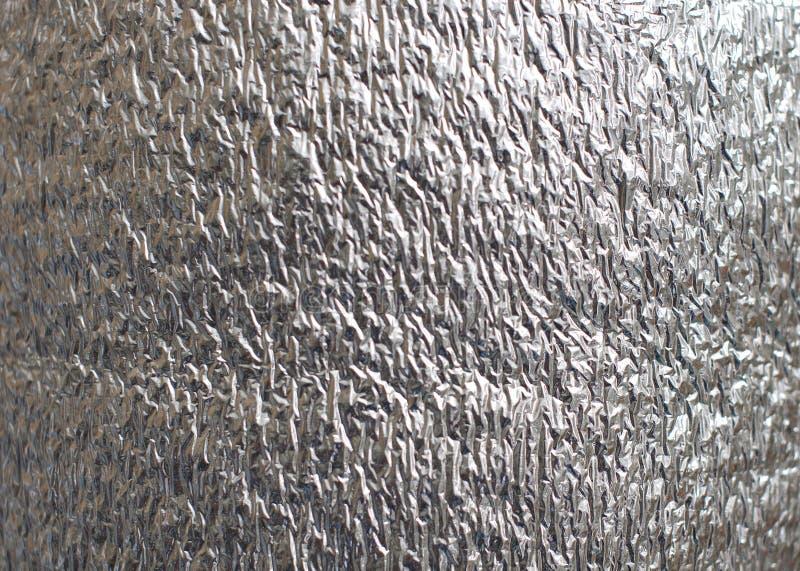 Strukturierter Hintergrund des zerknitterten glänzenden grauen neuen Aluminiumblattes stockbild