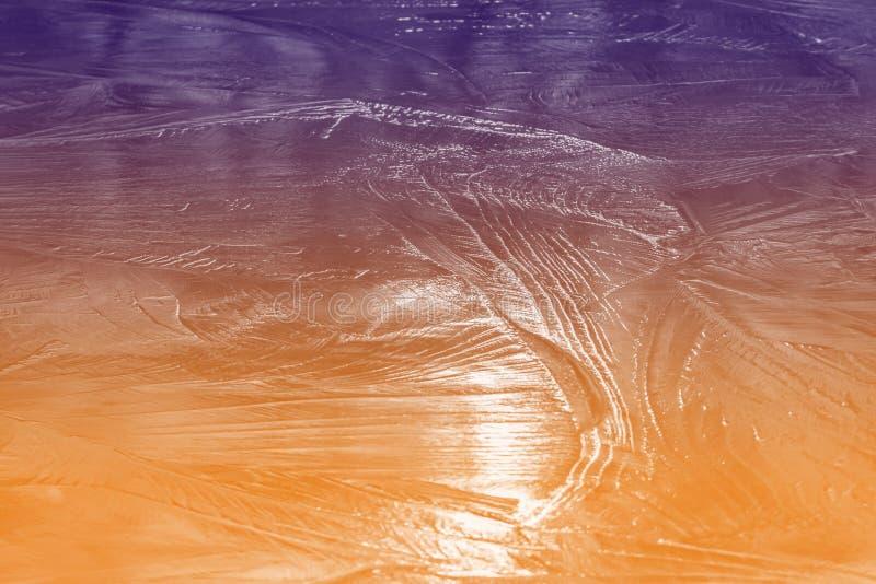 Strukturiertes Eis des gefrorenen Teichs stockfoto