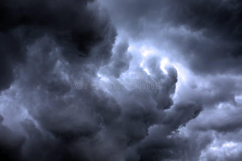Strukturiertes skyscape: Nachtstürmisches Wolke scape mit Steigung lizenzfreie stockbilder