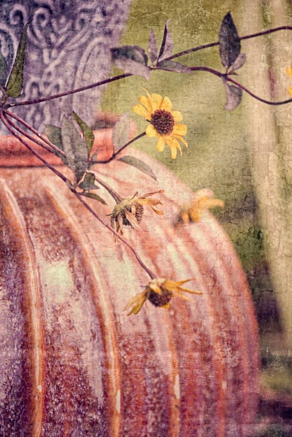 Strukturiertes Stillleben des Fall-Garten-Topfes u. der Blumen lizenzfreie stockbilder