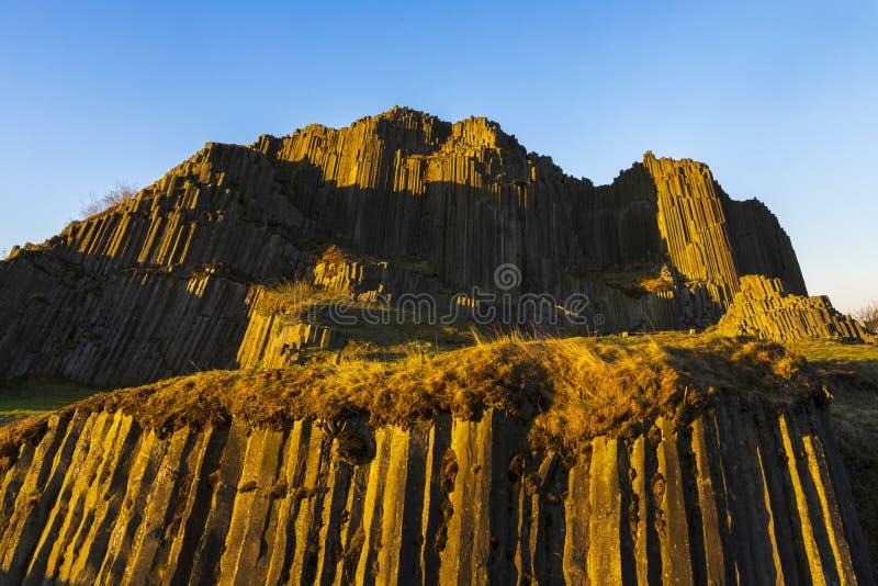 Struktury wielokątne kolumn bazaltowych, pomnik naturalny Panska skala w pobliżu Kamenicky Senov, Czechy zdjęcia stock
