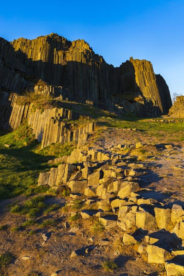 Struktury wielokątne kolumn bazaltowych, pomnik naturalny Panska skala w pobliżu Kamenicky Senov, Czechy obrazy royalty free