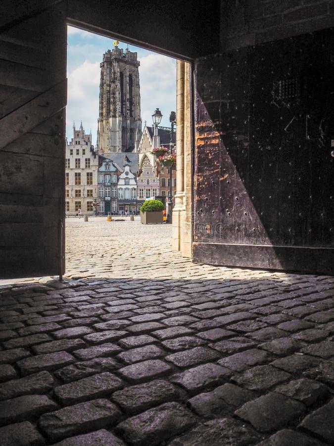 StRumbold ` s katedra na głównym placu w Mechelen otaczał zdjęcie stock