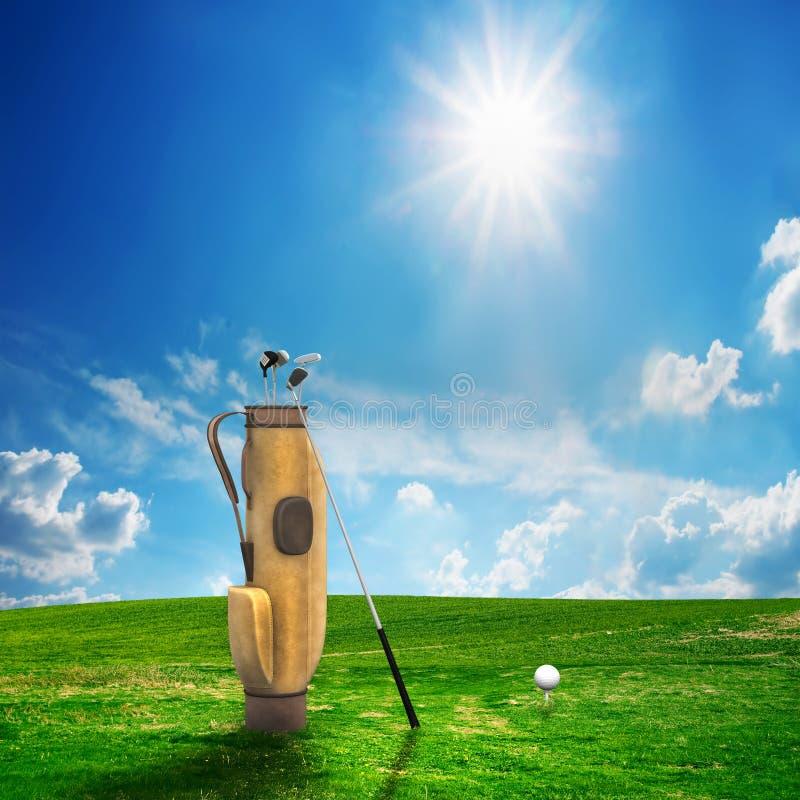 Strumentazione e sfera di golf sul campo immagine stock libera da diritti