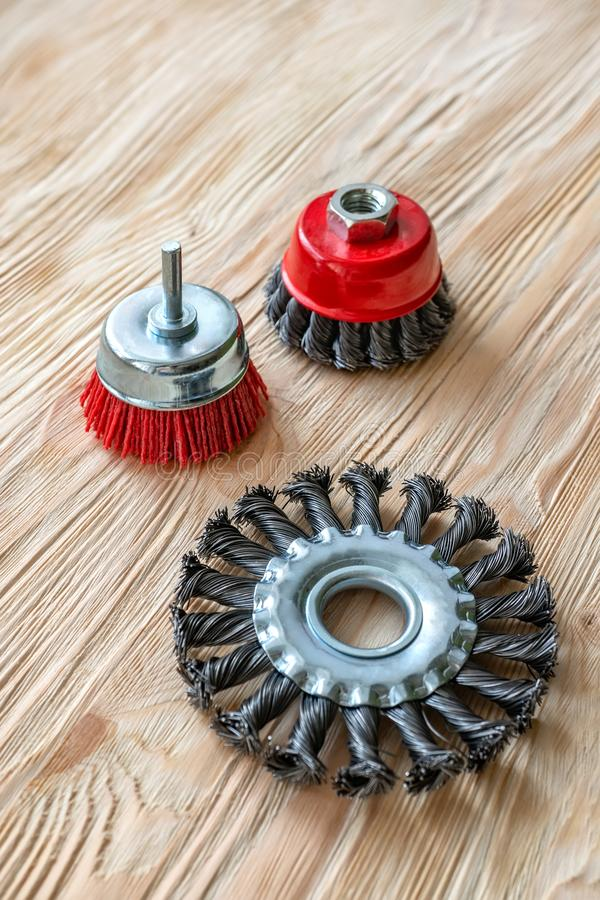 Strumenti abrasivi per la spazzolatura del legno e dargli struttura Spazzole metalliche su legno trattato immagini stock