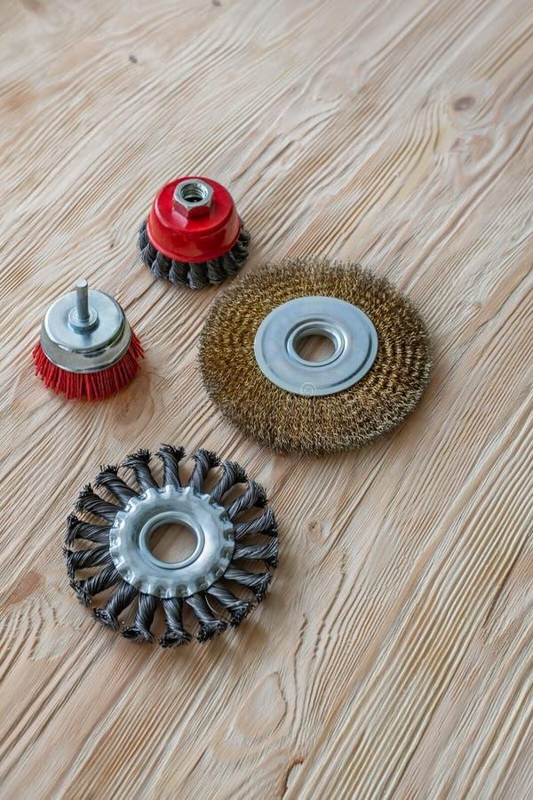 Strumenti abrasivi per la spazzolatura del legno e dargli struttura Spazzole metalliche su legno trattato fotografia stock