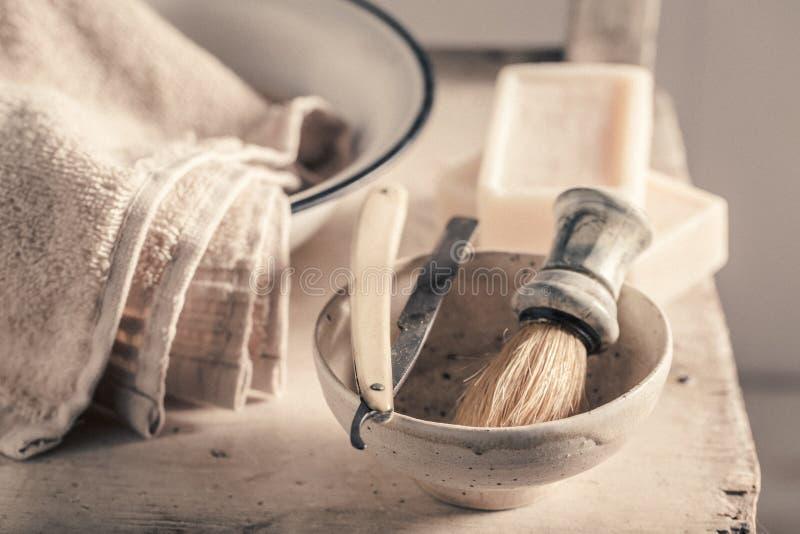 Strumenti antichi per il barbiere con la spazzola, rasoio, sapone immagine stock libera da diritti
