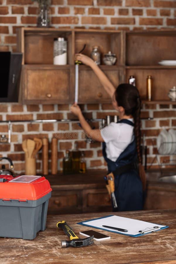 Strumenti Che Si Trovano Sul Tavolo Da Cucina Con Il Giovane Repairwoman Vago Immagine Stock Immagine Di Riparazione Alone 128978761