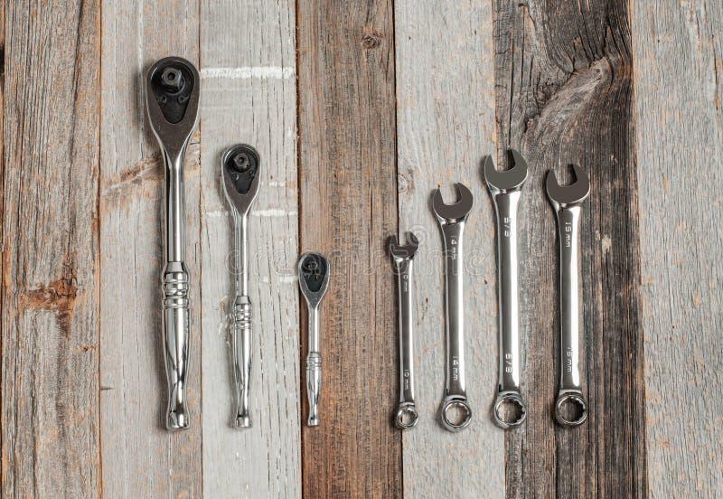 Strumenti, chiavi stabilite su un fondo di legno immagini stock libere da diritti
