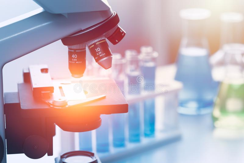 Strumenti chimici del laboratorio di ricerca medica di scienza immagini stock