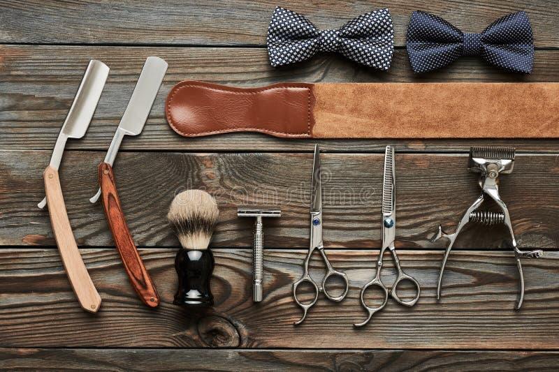Strumenti d'annata del negozio di barbiere su fondo di legno fotografia stock libera da diritti