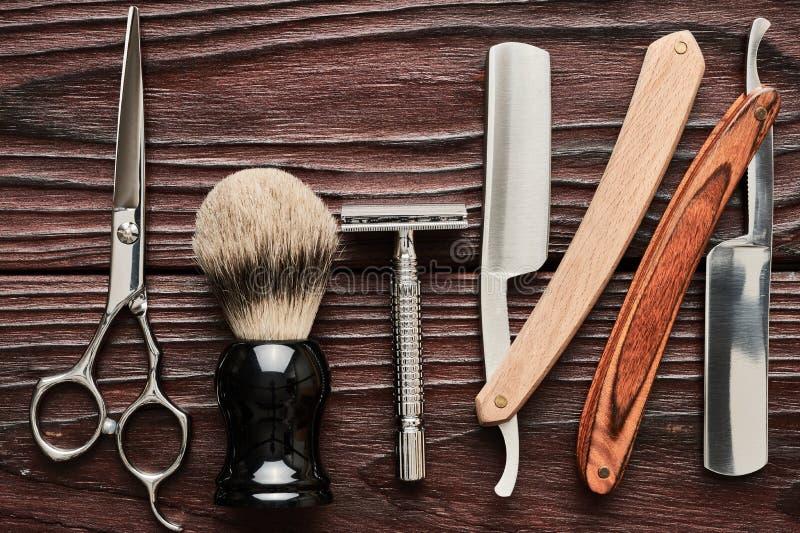 Strumenti d'annata del negozio di barbiere su fondo di legno fotografia stock