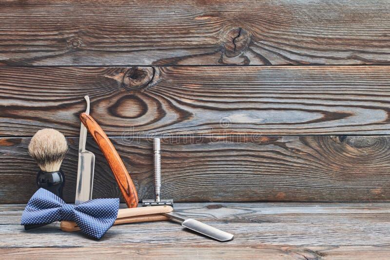 Strumenti d'annata del negozio di barbiere su fondo di legno fotografie stock