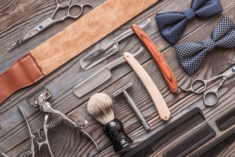 Strumenti d'annata del negozio di barbiere su fondo di legno immagine stock