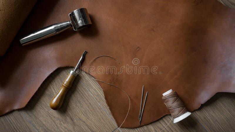 Strumenti d'elaborazione di cuoio nel retro stile fotografie stock libere da diritti
