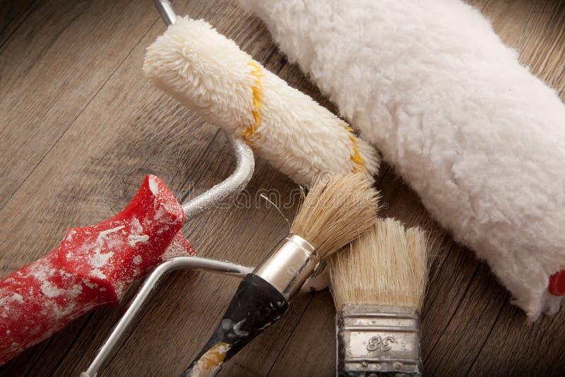 Strumenti dei pittori nel fondo di legno fotografie stock