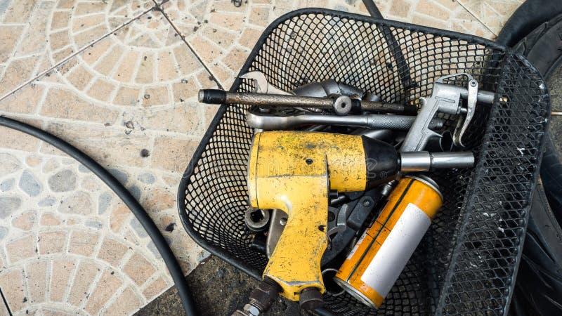 Strumenti del primo piano e riparare attrezzatura in garage spazio fotografia stock libera da diritti