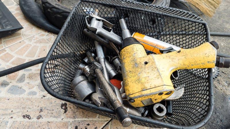 Strumenti del primo piano e riparare attrezzatura in garage spazio immagine stock