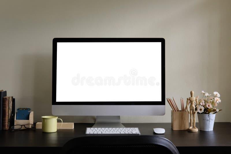 Strumenti dell'esposizione e dell'ufficio di computer sulla tavola nera Schermo di desktop computer isolato Area di lavoro creati fotografia stock libera da diritti
