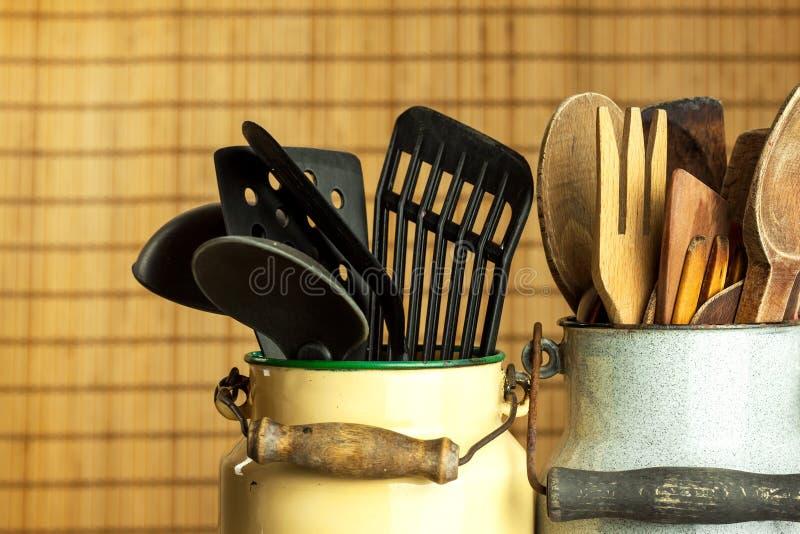 Strumenti della cucina sulla tavola Utensili per i cuochi unici Vecchio cucchiaio di legno immagine stock