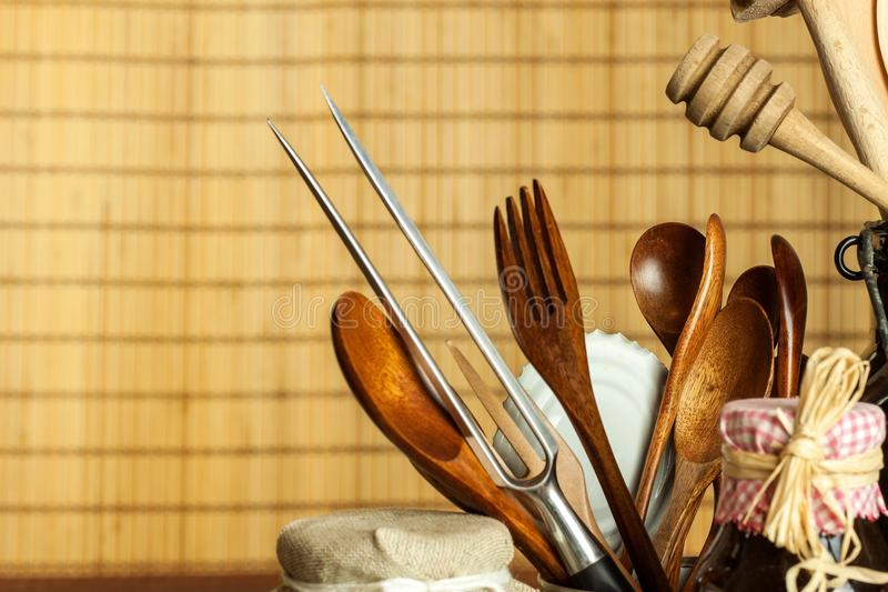 Strumenti della cucina sulla tavola Utensili per i cuochi unici Vecchio cucchiaio di legno fotografia stock