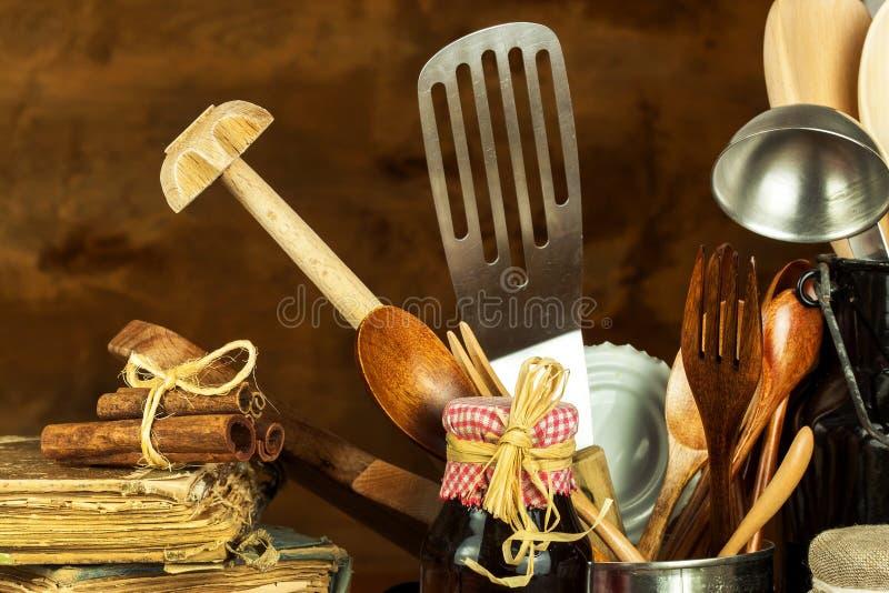 Strumenti della cucina sulla tavola Utensili per i cuochi unici Vecchio cucchiaio di legno fotografie stock libere da diritti