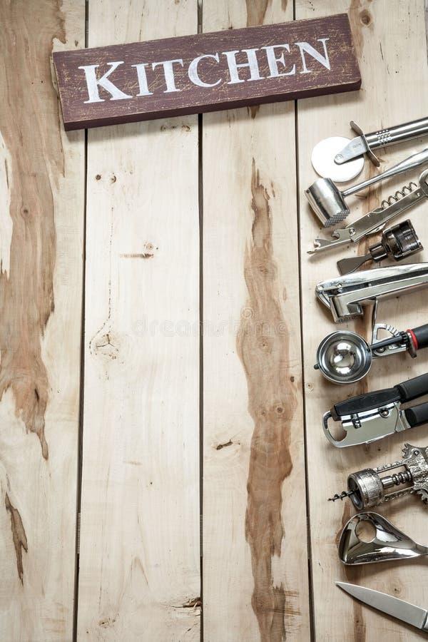 Strumenti della cucina sullo scrittorio di legno immagini stock libere da diritti