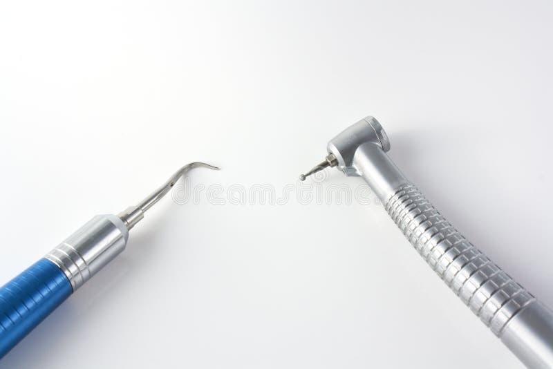 Strumenti dentali sopra priorità bassa bianca fotografie stock