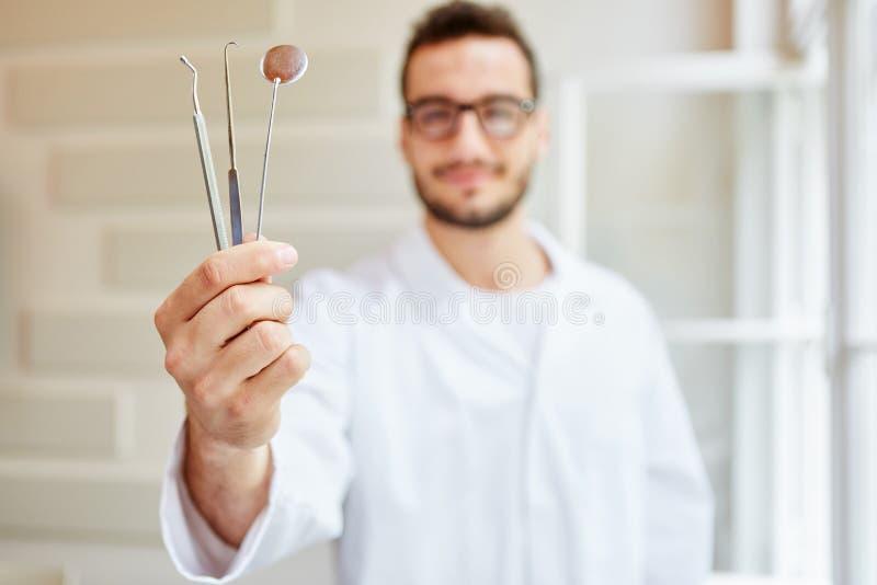 Strumenti dentari holded dall'infermiere dentario fotografia stock libera da diritti