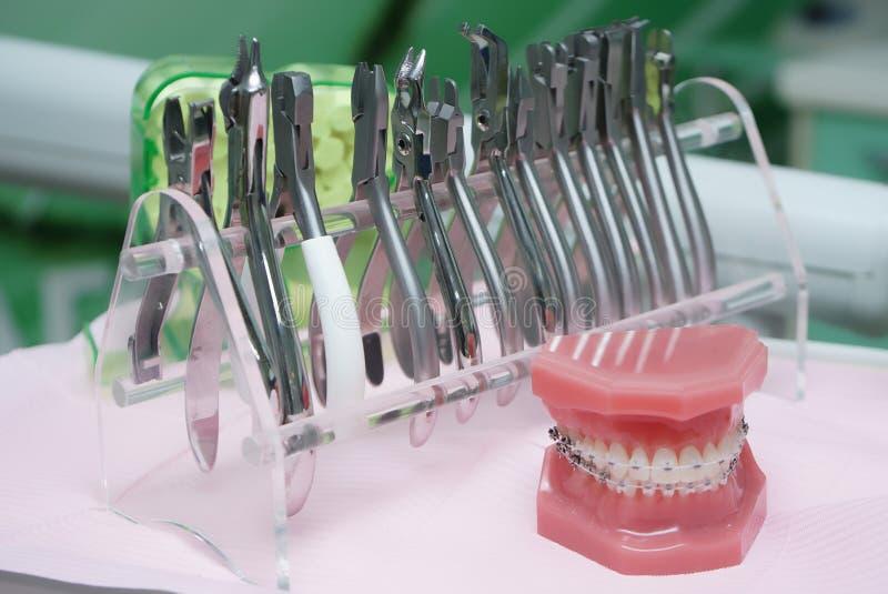 Strumenti dentari sulla tavola fotografie stock libere da diritti