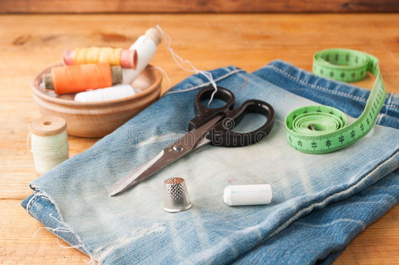 Strumenti di cucito hobby, insieme del sarto su una tavola di legno, fotografie stock libere da diritti
