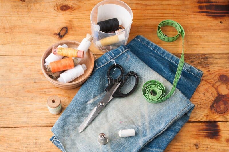 Strumenti di cucito hobby, insieme del sarto su una tavola di legno, fotografia stock