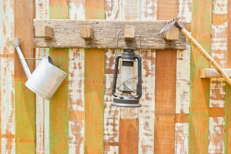 Strumenti di giardinaggio che appendono sulla parete di legno fotografia stock libera da diritti