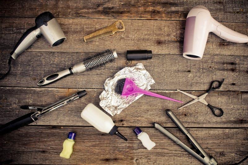 Strumenti di lavoro di parrucchiere sul primo piano di legno degli ambiti di provenienza fotografia stock