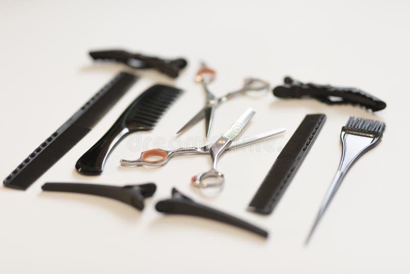 Strumenti di lavoro di parrucchiere per il taglio dei capelli + tingendo 2019 fotografia stock