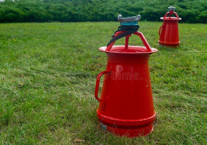 Strumenti di lotta contro l'incendio su una giornata campale verde immagini stock